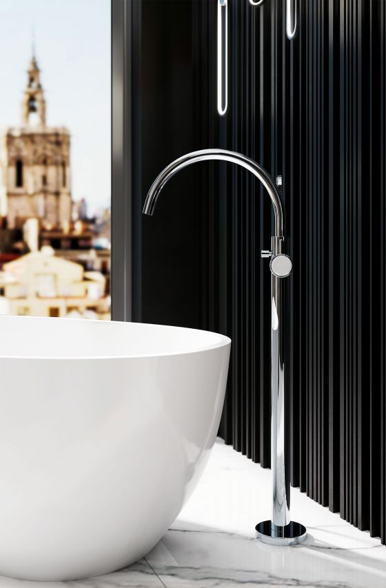 Dreamteam: Freestanding bathtub fitting from the Valencia series in the finish chrome together with a freestanding bathtub in white against a black background.